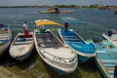Muisne,厄瓜多尔- 2016年3月16日:几典型的fishingboats停放了在地方码头有太平洋背景 免版税图库摄影
