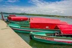 Muisne,厄瓜多尔- 2016年3月16日:几典型的fishingboats停放了在地方码头有太平洋背景 库存照片