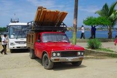 Muisne,厄瓜多尔- 2016年3月16日:卡车和警察公车运送到达从大陆轮渡 库存照片