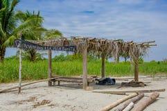 Muisne,厄瓜多尔- 2016年3月16日:有说木的标志的小迷人的竹建筑bienvenidos isla bonita 图库摄影