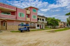 Muisne, Ισημερινός - 16 Μαρτίου 2016: Κτήρια στο κέντρο της πόλης, κεντρικός δρόμος, στην ακτή του Ισημερινού Στοκ Εικόνες
