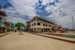 Muisne, Ισημερινός - 16 Μαρτίου 2016: Κτήρια στο κέντρο της πόλης, κεντρικός δρόμος, στην ακτή του Ισημερινού Στοκ Εικόνα