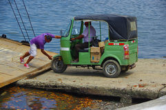 Muisne, эквадор - 16-ое марта 2016: Паром зеленого традиционного корабля транспорта tuktuk входя в от пристани Muisne Стоковые Фотографии RF