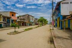 Muisne, Ecuador - 16. März 2016: Im Stadtzentrum gelegene Muisne-Stadt, kleine reizend Stadt gelegen in der ekuadorianischen Nord Lizenzfreie Stockfotografie
