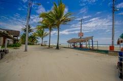 Muisne, Ecuador - 16. März 2016: Setzen Sie Promenade im Paradies wie sorroundings, Schotterweg vor sandigem Strand auf den Stran Stockfoto