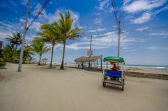 Muisne, Ecuador - 16. März 2016: Setzen Sie Promenade im Paradies wie sorroundings, Schotterweg vor sandigem Strand auf den Stran Stockfotos