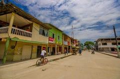 Muisne Ecuador - mars 16, 2016: Byggnader i mitten av staden, huvudsaklig gata, i kusten av Ecuador Royaltyfria Bilder