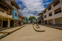 Muisne Ecuador - mars 16, 2016: Byggnader i mitten av staden, huvudsaklig gata, i kusten av Ecuador Fotografering för Bildbyråer