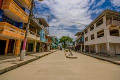 Muisne Ecuador - mars 16, 2016: Byggnader i mitten av staden, huvudsaklig gata, i kusten av Ecuador Royaltyfri Foto