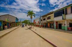 Muisne Ecuador - mars 16, 2016: Byggnader i mitten av staden, huvudsaklig gata, i kusten av Ecuador Arkivbild