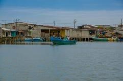 Muisne, Ecuador - 16 marzo 2016: Città di Muisne come visto da acqua, case di legno modeste che si siedono sul lungomare dei pali Fotografie Stock Libere da Diritti