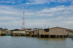 Muisne, Ecuador - 16 marzo 2016: Città di Muisne come visto da acqua, case di legno modeste che si siedono sul lungomare dei pali Fotografia Stock Libera da Diritti