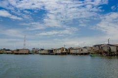 Muisne, Ecuador - 16 marzo 2016: Città di Muisne come visto da acqua, case di legno modeste che si siedono sul lungomare dei pali Fotografie Stock