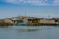 Muisne, Ecuador - 16 marzo 2016: Città di Muisne come visto da acqua, case di legno modeste che si siedono sul lungomare dei pali Immagini Stock Libere da Diritti