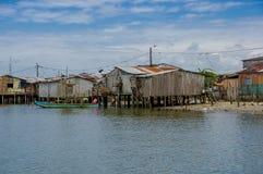 Muisne, Ecuador - 16 marzo 2016: Città di Muisne come visto da acqua, case di legno modeste che si siedono sul lungomare dei pali Immagine Stock