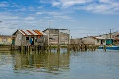 Muisne, Ecuador - 16 marzo 2016: Città di Muisne come visto da acqua, case di legno modeste che si siedono sul lungomare dei pali Fotografia Stock
