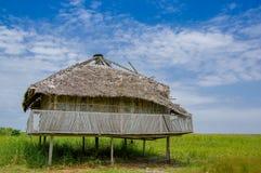 Muisne Ekwador, Marzec, - 16, 2016: Stary tradycyjny bungalowu obsiadanie dalej woden słupy nad trawiasta powierzchnia, piękny bł Fotografia Stock