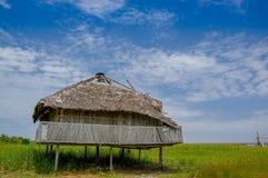 Muisne Ekwador, Marzec, - 16, 2016: Stary tradycyjny bungalowu obsiadanie dalej woden słupy nad trawiasta powierzchnia, piękny bł Obraz Stock