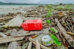 MUISNE, EKWADOR MAY 06, 2017: Plażowy zanieczyszczenie z garvage wewnątrz i grat na plażowej powoduje szkodzie środowisko Zdjęcia Stock