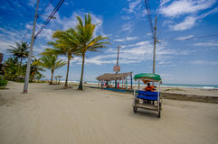Muisne, Equador - 16 de março de 2016: Encalhe o passeio no paraíso como sorroundings, estrada de terra na frente do Sandy Beach Fotos de Stock