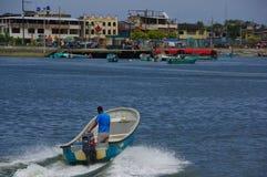 Muisne, Equateur - 16 mars 2016 : Équipez l'eau typique de croisement de bateau de pêche d'intérieur de position de Muisne au con Photographie stock