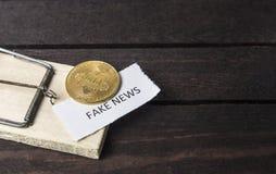 Muisval, bitcoin en het woord: vals nieuws royalty-vrije stock afbeeldingen