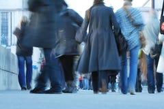 Muita de qualquer um que anda na rua fotografia de stock