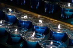 Muita vela azul da cera no vidro Close-up Luz da vela em um frasco de vidro reto Foto de Stock Royalty Free