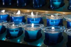 Muita vela azul da cera no vidro Close-up Luz da vela em um frasco de vidro reto Fotos de Stock Royalty Free