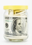 Muitas 100 notas de banco dos dólares americanos Em um frasco de vidro Foto de Stock