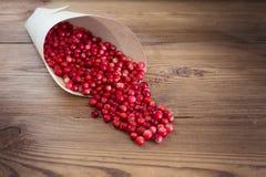 Muitas airelas vermelhas brilhantes em um saco de papel Imagens de Stock