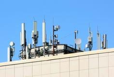 Muitas antenas no telhado do centro de negócios fotos de stock royalty free