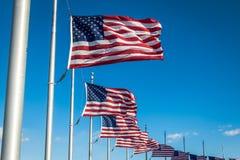Muitas bandeiras americanas que acenam em Washington Monument - Washington, D C , EUA Fotos de Stock Royalty Free