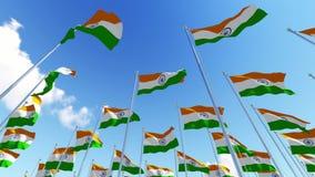 Muitas bandeiras da Índia contra o céu azul nebuloso ilustração stock