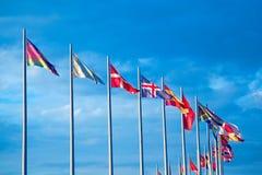 Muitas bandeiras de países diferentes contra o céu fotografia de stock