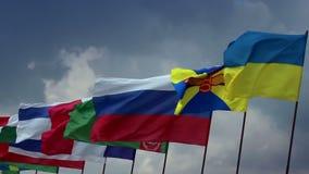 Muitas bandeiras de países em mastros de bandeira Ucraniano, russo, turquemeno União, política video estoque