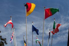 Muitas bandeiras dos europeus no vento contra o c?u imagens de stock