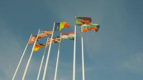 Muitas bandeiras dos países diferentes, aleta de bandeiras no vento filme