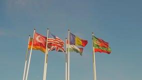 Muitas bandeiras dos países diferentes, aleta de bandeiras no vento Movimento lento filme