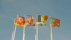 Muitas bandeiras dos países diferentes, aleta de bandeiras no vento Movimento lento vídeos de arquivo