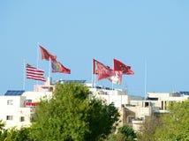 Muitas bandeiras na vila maltesa pequena no dia do fest do verão, vila de Malta Zurieq, vila pequena em Malta, opinião de Zurieq, Imagens de Stock