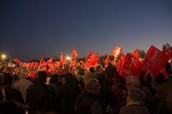 Muitas bandeiras que acenam durante uma reunião do partido trabalhista socialista espanhol PSOE imagem de stock royalty free
