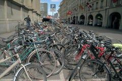 Muitas bicicletas bonitas no parque de estacionamento Fotografia de Stock