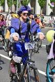 Muitas bicicletas do passeio dos povos no centro da cidade de Moscou imagem de stock