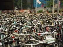 Muitas bicicletas estacionadas na frente da estação central Imagem de Stock