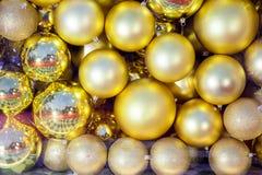 Muitas bolas do ouro que foi reunido na estação do Natal fotos de stock