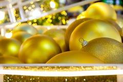 Muitas bolas do ouro que foi reunido na estação do Natal imagens de stock royalty free