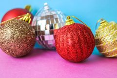 Muitas bolas festivas bonitas decorativas do Natal do xmas do Natal brilhante colorido diferente, fundo dos brinquedos da árvore  foto de stock royalty free