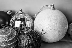 Muitas bolas festivas bonitas decorativas do Natal do xmas do Natal brilhante colorido diferente, fundo dos brinquedos da árvore  fotos de stock royalty free