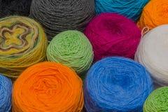 Muitas bolas pequenas de rainbowcolors de lãs na tabela de madeira Imagens de Stock Royalty Free